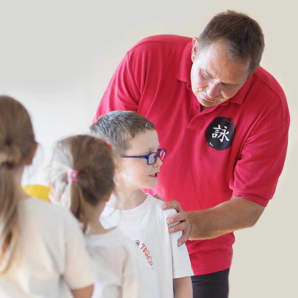 Bernd Nau im Kinderunterricht
